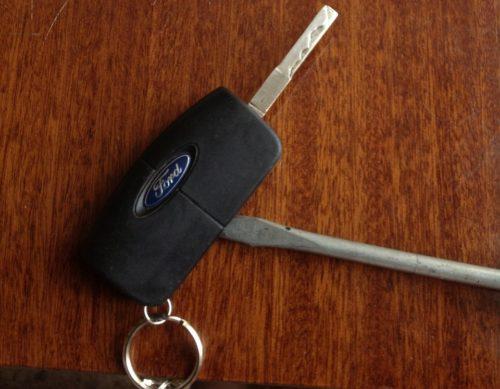 Процесс рассоеденения ключа Форд Фокус 2 с помощью плоской отвертки