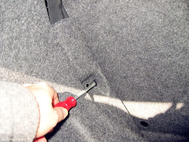 Снимаем обшивку багажника Тойота Королла