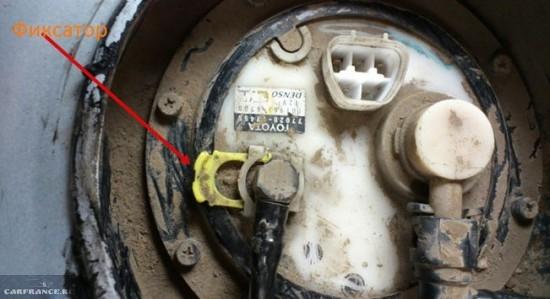 Отщёлкиваем колодку проводов подачи питания топливного насоса Тойота Королла Е120