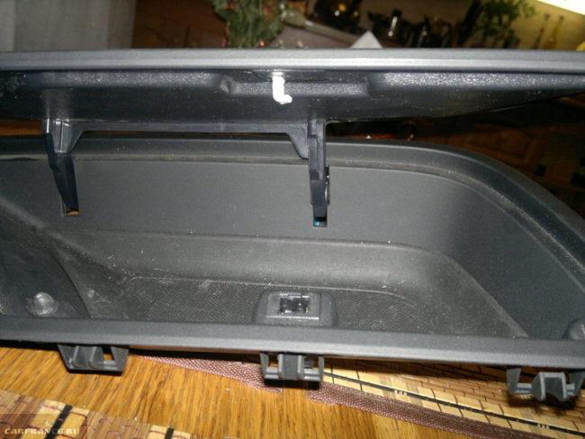 Демонтированный корпус верхнего бардачка Форд Фокус 2