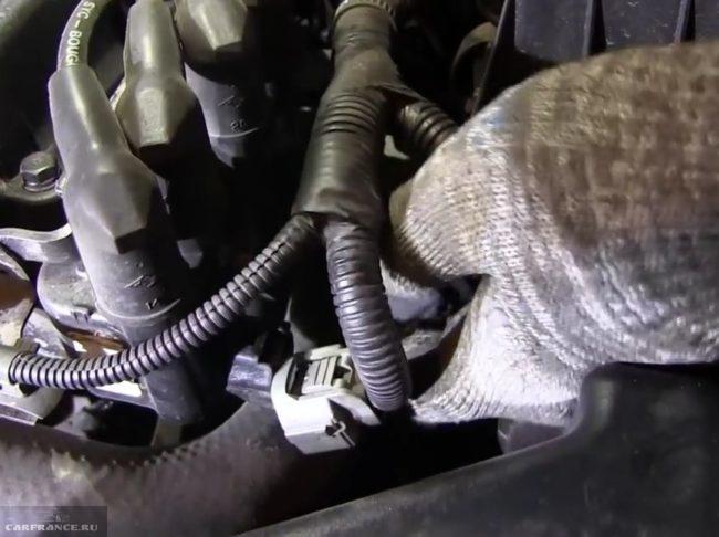 Демонтаж катушек зажигания с форсунок форд фокус 2