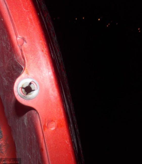 Осмотр места крепления заднего фонаря на Форд Фьюжн