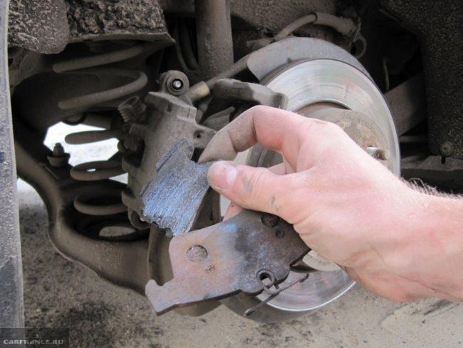 Поломанная задняя тормозная колодка на Форд Фокус 2