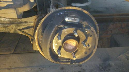 Проверка колодок и троса ручника на Форд Фокус 2