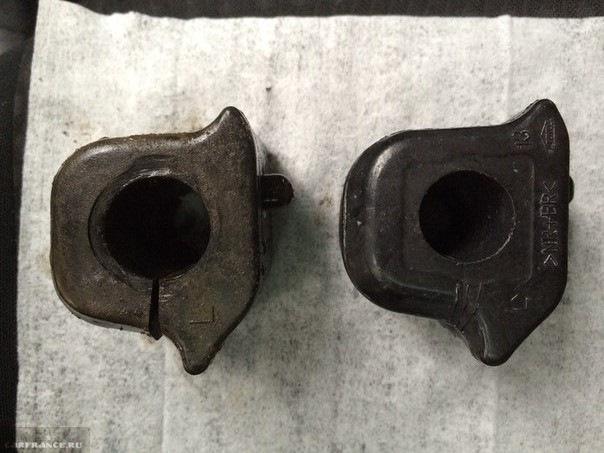 Старая и новая оригинальная втулка стабилизатора на Тойоту Короллу
