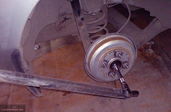 Демонтаж ступичной гайки на заднем колесо Форд Фьюжн