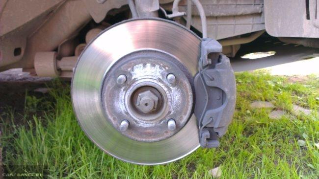 Передние тормозные колодки на колесе Форд Фьюжн