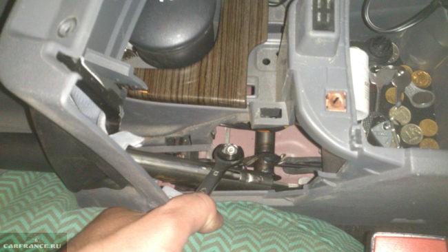 Подтяжка гайки регулировки ручника на Форд Фокус 2