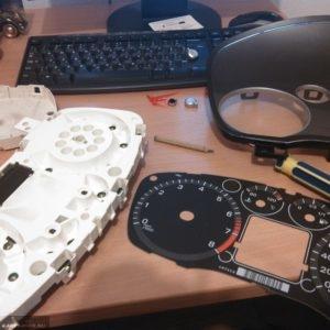 Демонтированный циферблат на панели приборов Форд Фокус 2