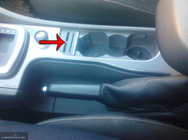 Демонтаж крепления накладки центральной панели на Форд Фокус 2