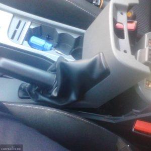 Поднимаем кожух привода ручного тормоза из салона на Форд Фокус 2
