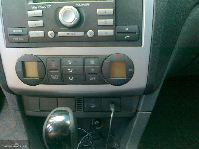 Установленный AUX разъем на панеле Форд Фокус 2