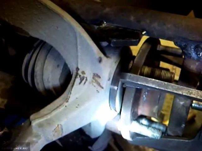 Процесс выпрессовки ступичного подшипника Форд Фокус 2