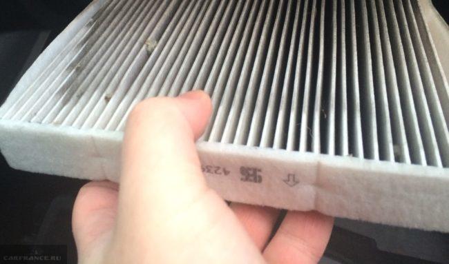 Демонтаж не оригинального салонного фильтра на Тойота Королла 2088 года выпуска