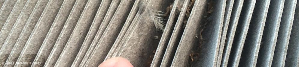 Салонный фильтр Тойота Королла вблизи с пухом и грязью