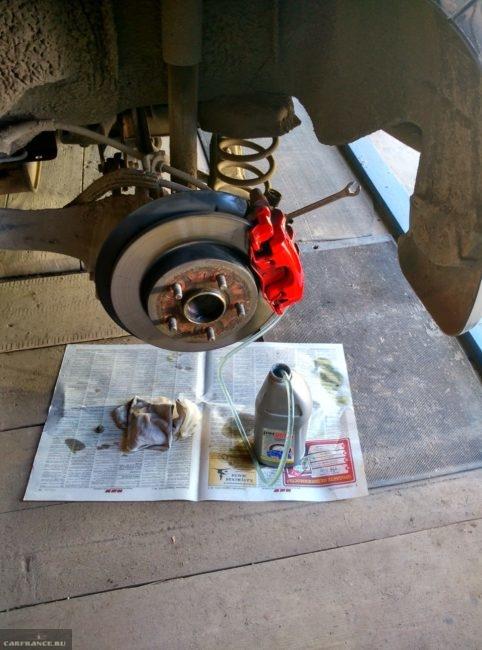 Слив тормозной жидкости с  заднего левого колеса Форд Фокус 2