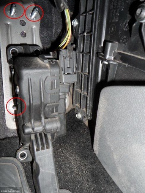 Демонтаж педали тормоза на Форд Фокус 2