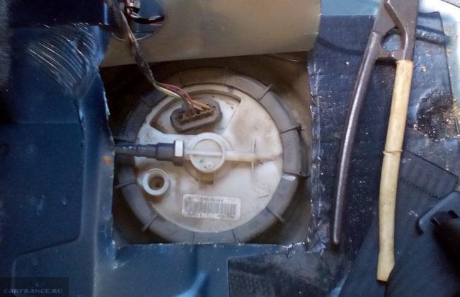 Пилим металл чтобы добраться к бензонасосу на  Форд Фокус 2
