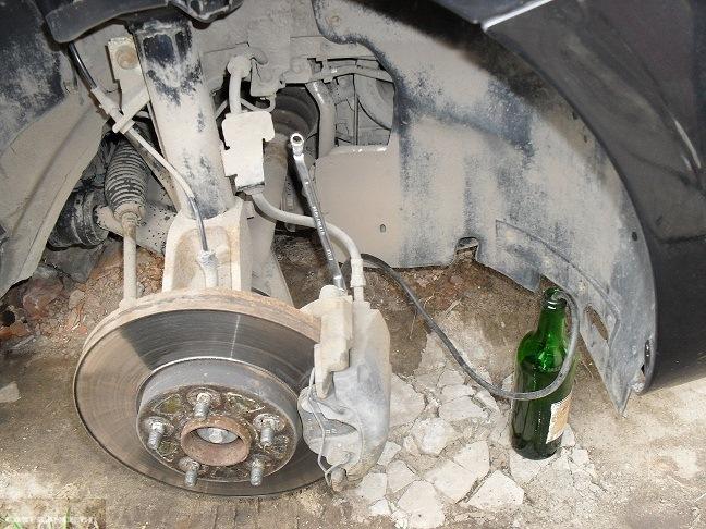 Сливаем тормозную жидкость с переднего колеса на Форд Фокус 2