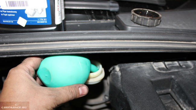 Откачка тормозной жидкости из бачка грушей на Форд Фокус 2