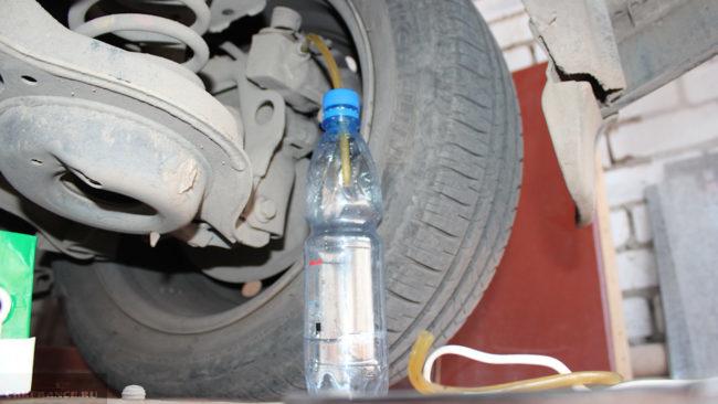 Слив тормозной жидкости с заднего колеса барабан Форд Фокус 2