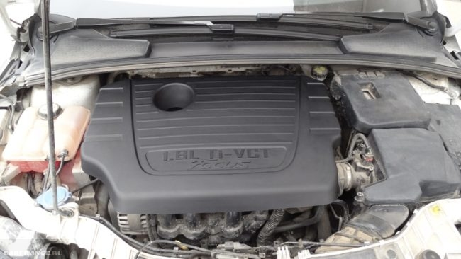 Моторный отсек с 16-клапанным двигателем автомобиля Форд Фокус 2