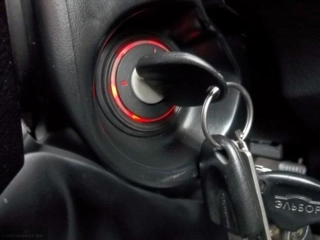 Ключ зажигания в замке автомобиля Дэу Нексия