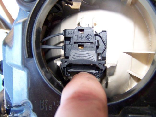 Клеммная колодка лампы фары на новом Форд Фокус 2