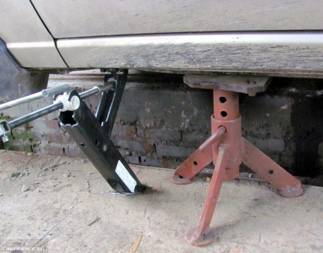 Опора под днищем автомобиля Дэу Нексия и домкрат