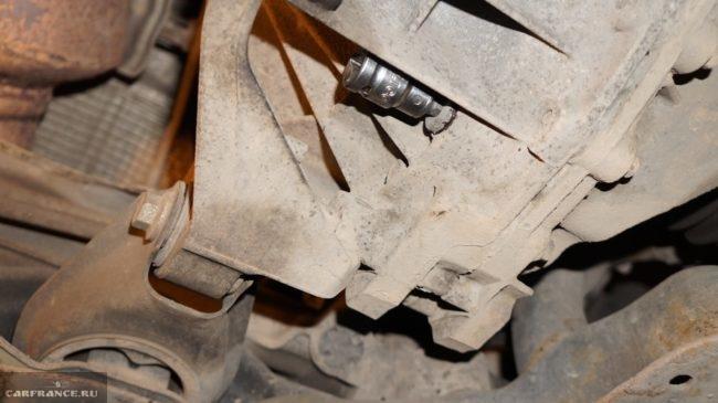 Выкручивание пробки слива масла из коробки на Форд Фокус 2