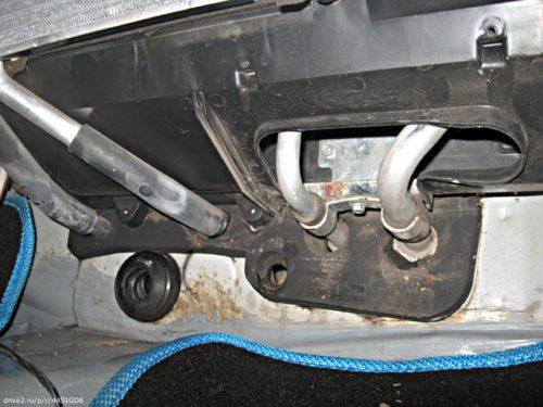 Подводные трубки радиатора печки в салоне автомобиля Дэу Нексия