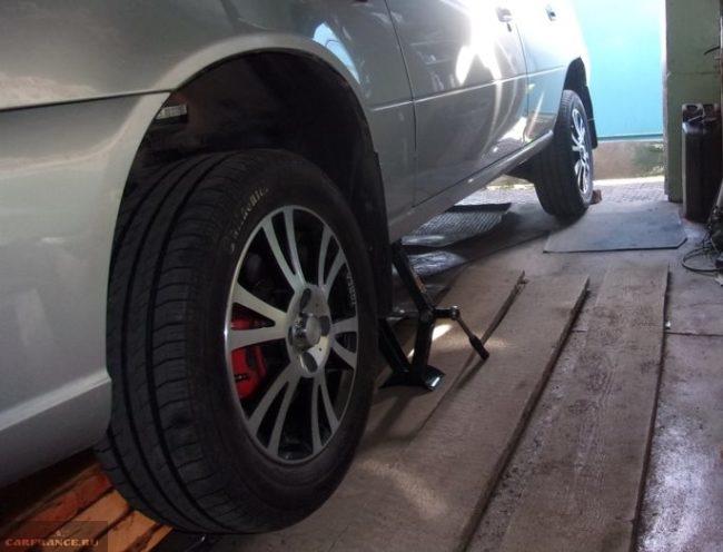 Поднятие домкратом переднего колеса автомобиля Дэу Нексия