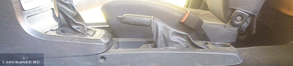 Рычаг управления ручным тормозом вблизи на Дэу Нексия