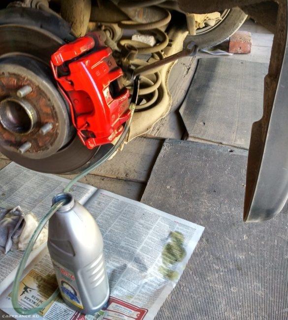 Слив тормозной жидкости на автомобиле Форд Фокус 2