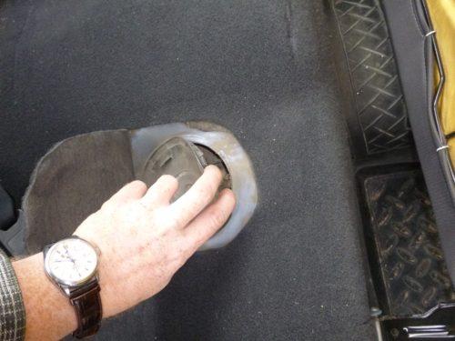 Крышка из пластика лючка бензонасоса в автомобиле Дуэ Нексия