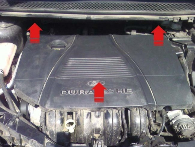 Снятие декоративной панели двигателя в моторном отсеке Форд Фокус 2