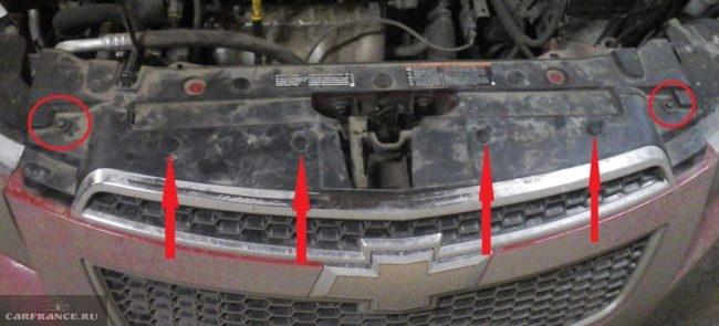 Демонтаж верхнего крепеж переднего бампера на Шевроле Круз