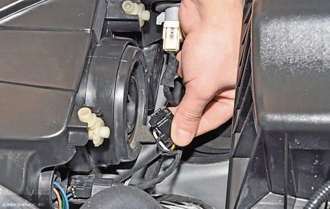 Снятие колодок проводов с блок-фары на автомобиле Шевроле Круз