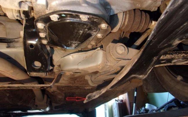 Снятие пластиковой защиты двигателя на автомобиле Дэу Нексия