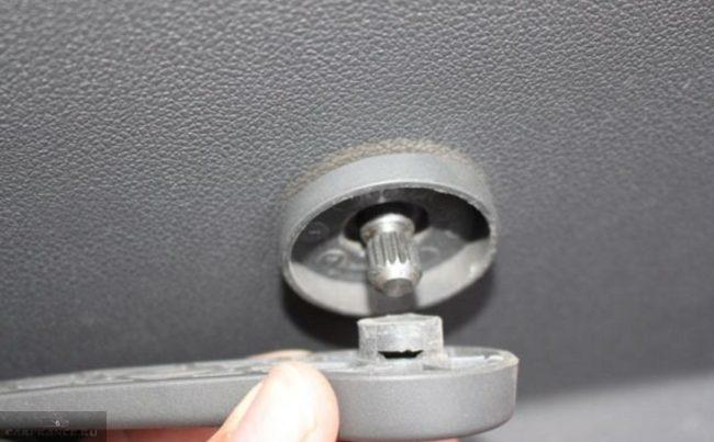 Снятие ручки задней двери в Форд Фокус 2