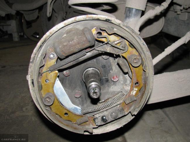 Изношенные задние тормозные колодки на Дуэ нексия с барабаном