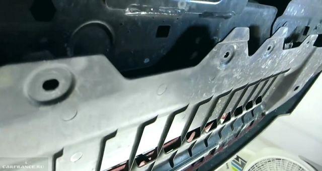 Снятие нижней пластиковой накладки бампера Шевроле Круз