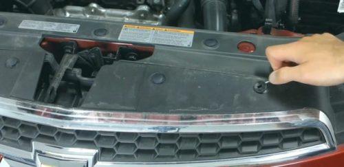Снятие клипс верхнего крепления переднего бампера на авто Шевроле Круз