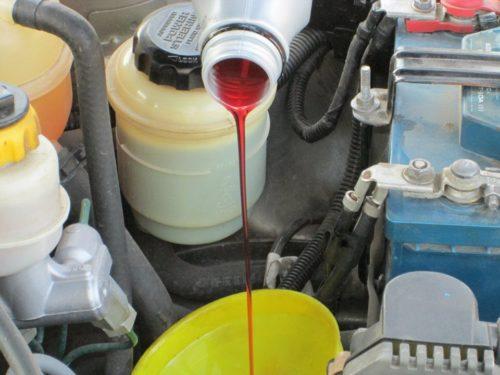 Заливаем масло в коробку передая на автомобиле Дэу Нексия