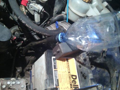 Заправка масла в КПП с помощью пластиковой бутылки в Дэу Нексия