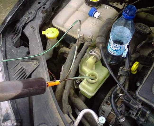 Откачивание масла ГУР из расширительного бачка шприцом под капотом Форд Фокус 2