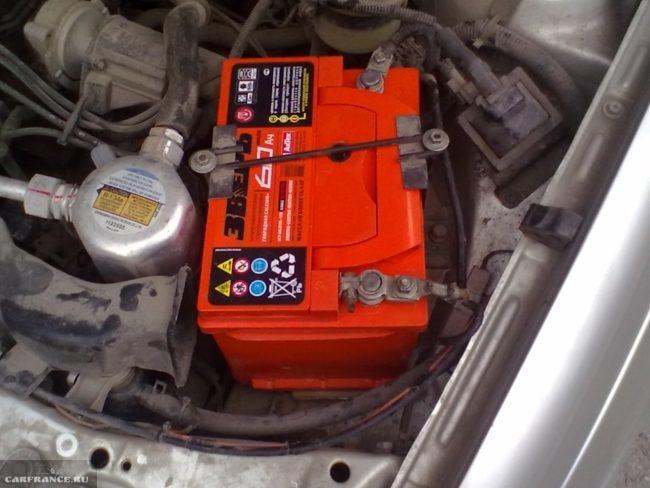 Аккумуляторная батарея на автомобиле Дэу Нексия
