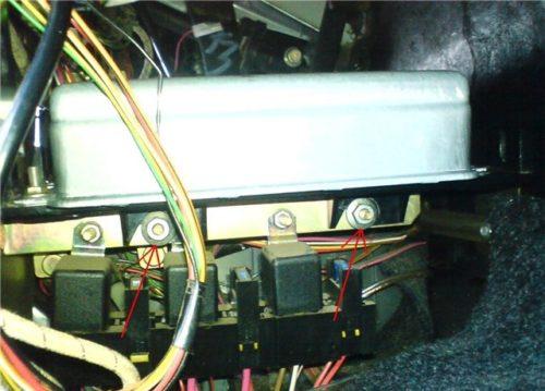 Гайки крепления ЭБУ на автомобиле ВАЗ-2110
