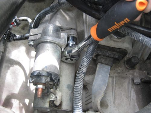 Шпильки крепления стартера на автомобиле ВАЗ-2110, вид со снятым воздушным фильтром