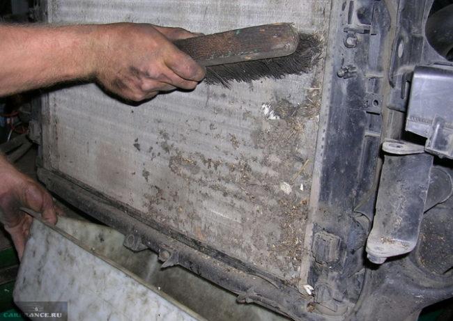 Радиатор ВАЗ-2110, очистка от внешних загрязнений